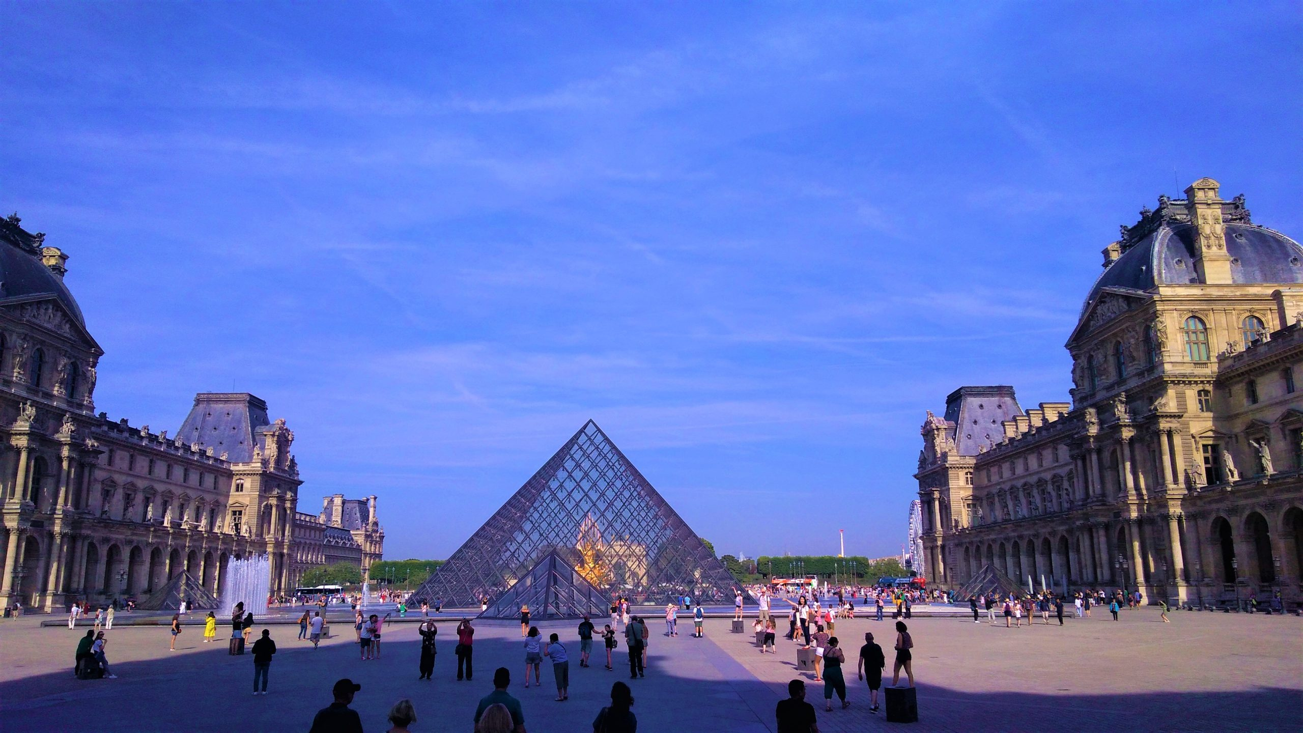 Piramide del Louvre a Parigi