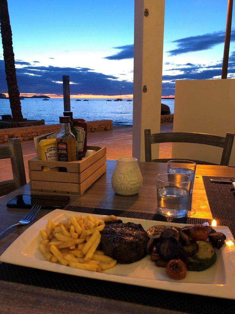 Cena al tramonto da Ibiza 50 lungo la Sunset Strip di Sant Antoni