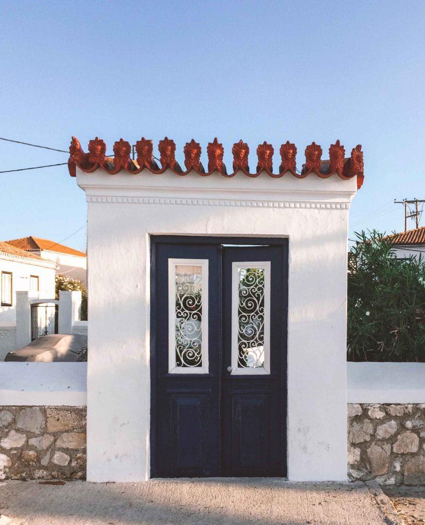 Porta in stile greco sull'isola greca di Spetses