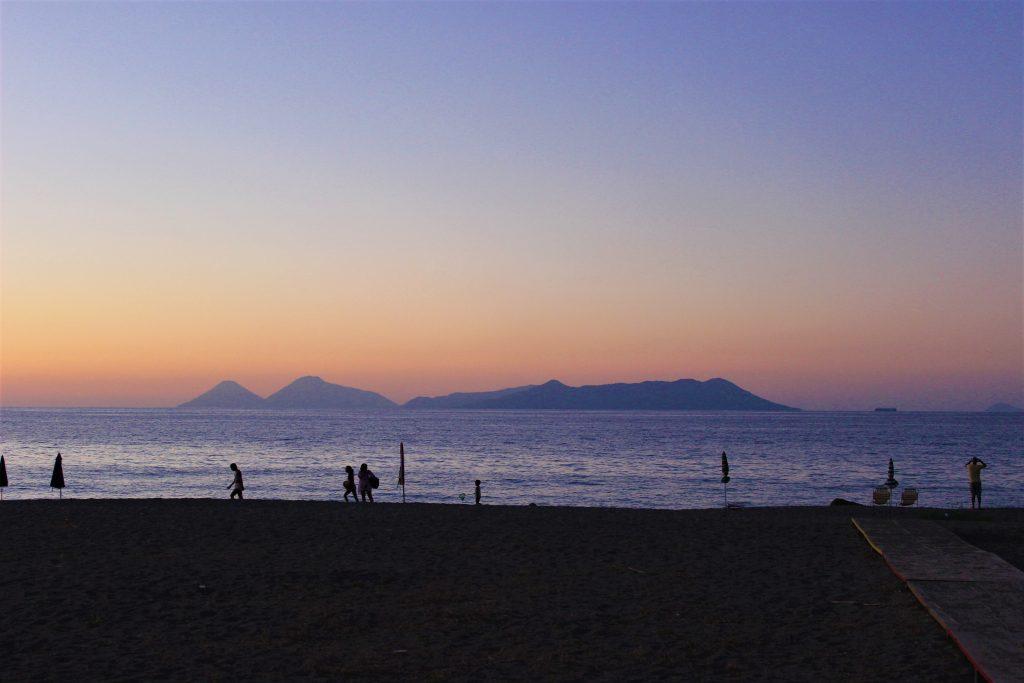 Spiaggia di Mongiove con vista delle Isole Eolie a pochi metri dalle Grotte di Mongiove
