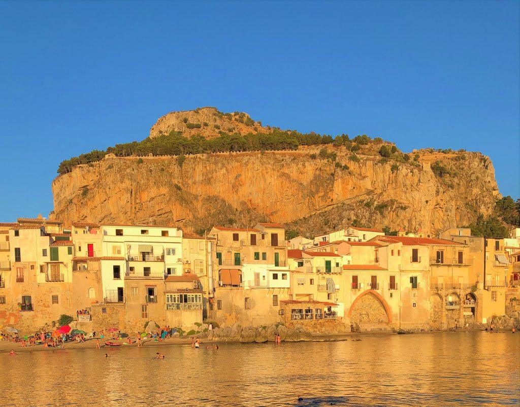 Rocca di Cefalù con la sua spiaggia