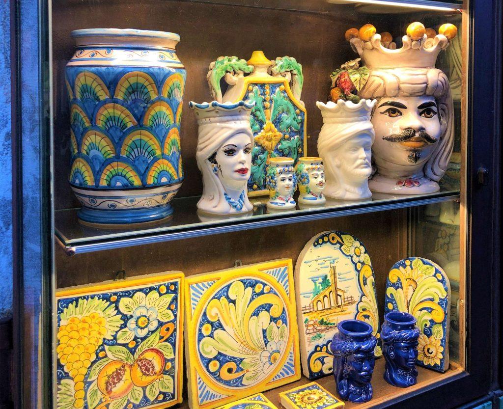 Simboli della Sicilia: testa di moro e pigna