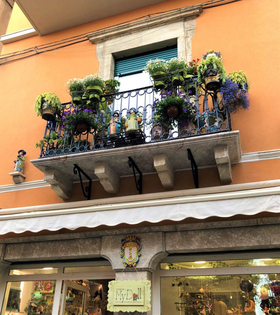 Balconcino tra i vicoli di Taormina