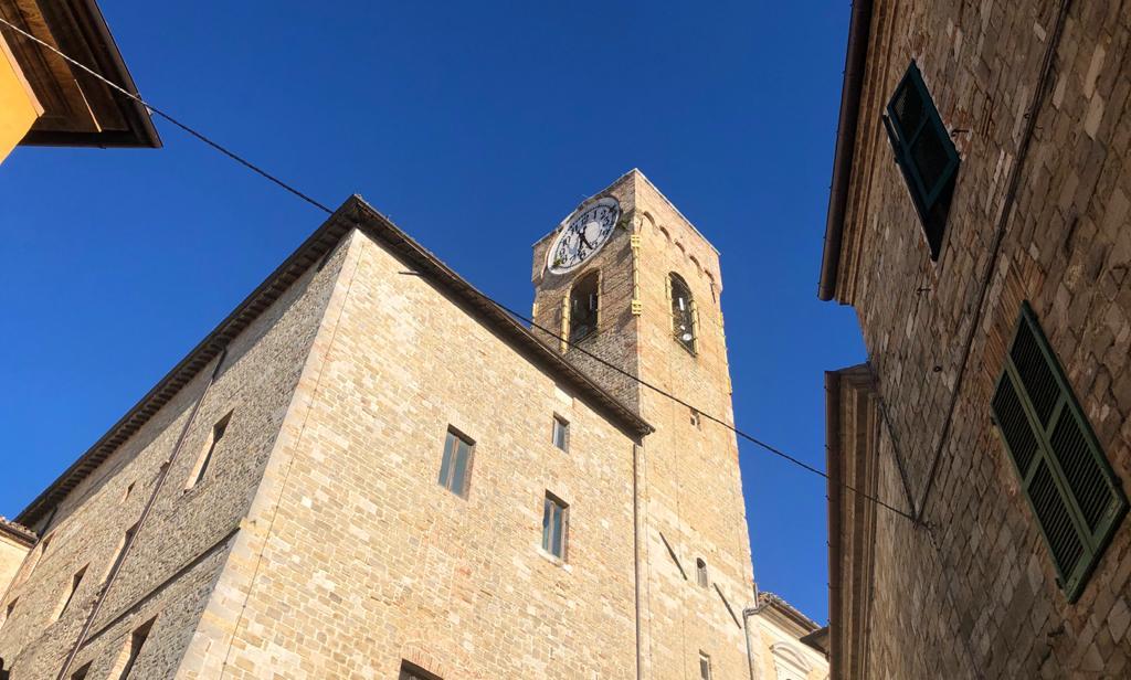 Torre con orologio di Cingoli per vacanza nelle Marche