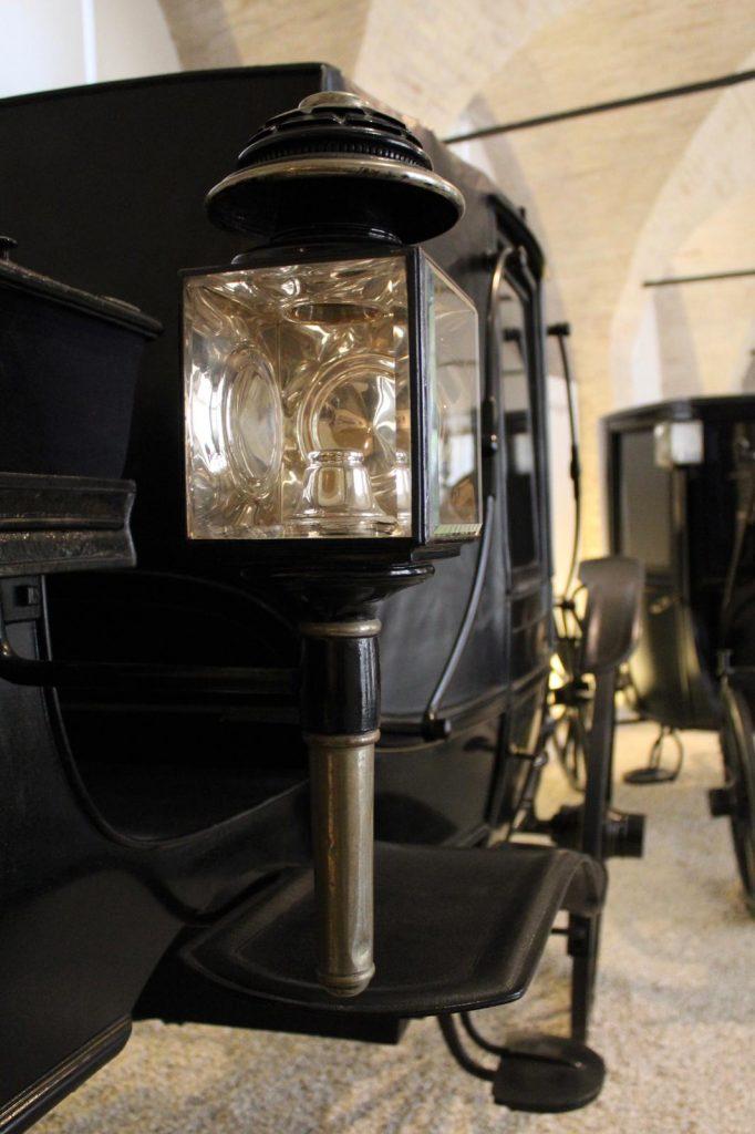 dettaglio carrozze ottocento museo della carrozza