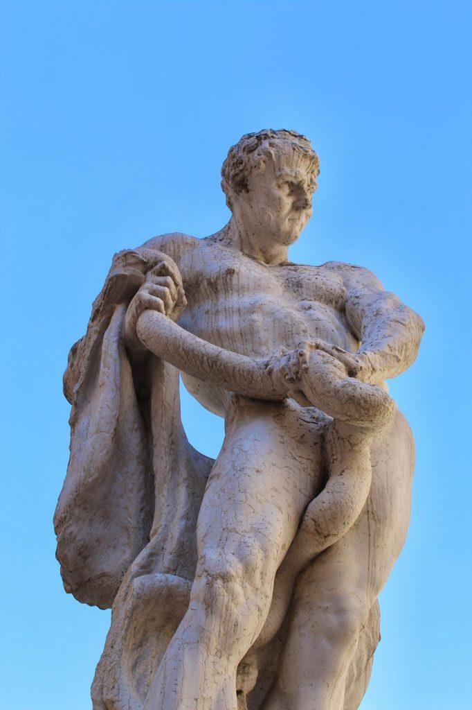 statua cortile palazzo buonaccorsi