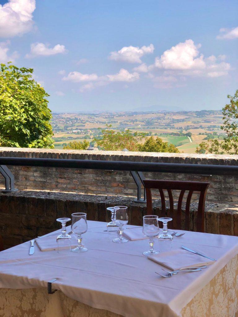tavola del ristorante con vista sulle colline