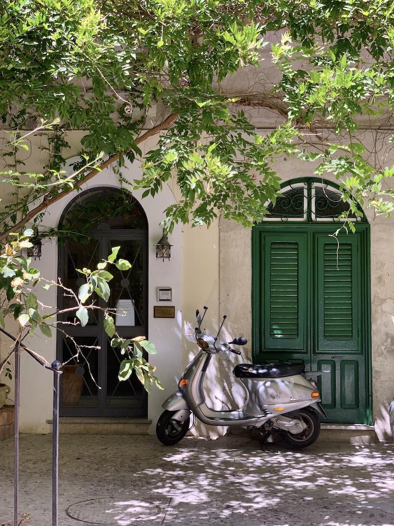 cortile corso Ruggero, 97 con finestre verdi e piante rampicanti sui balconi