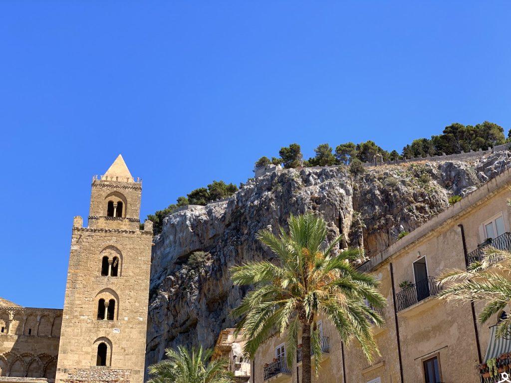 cattedrale di Cefalu e la rocca sullo sfondo
