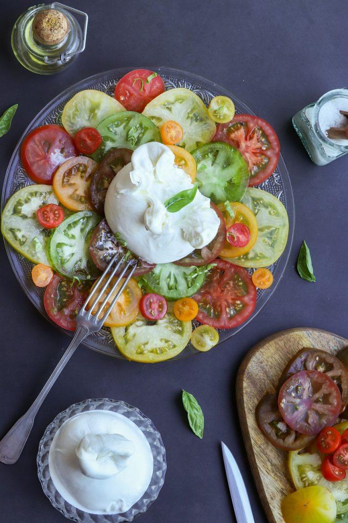 piatto tipico siciliano pomodoro mozzarella basilico