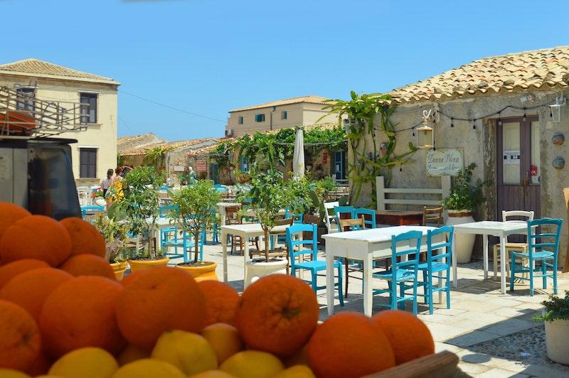 marzamemi: piazza con arance e limoni